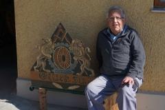 Michel Hefele freut sich darüber, dass das Maibaumsymbol des Müllers bei ihm in der Kunstmühle ausgestellt ist.