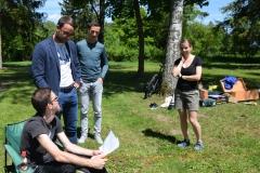 Landtagsabgeordneter Deisenhofer ließ sich den Bauplan von Fabian erklären.