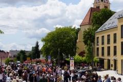 Der zweite Teil der Kolping-Fußtruppe mit der Pfarrkirche im Hintergrund.