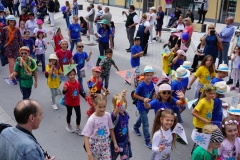 Auch viele Grundschüler liefen bei der Geburtstagsparade mit.
