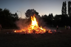 Hoch brannte das Johannisfeuer am Abend.