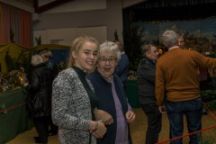 Oma und Enkelin freuen sich über die gelungene Ausstellung.