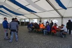 Maibaum 2019: Die Brotzeit haben sich die Helfer beim Zeltaufbau wahrlich verdient