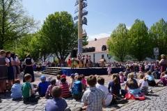 Maifest 2019: Die Kinder haben natürlich eine extra gut Sicht auf die Tänzer