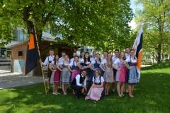 Maifest 2019: Die Tanzpaare des Bandeltanzes 2019 mit ihren Trainern Gisela und Wolfgang Bobinger