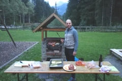 Am Abend wurde in der Kolping Ferienhütte in Weißenbach gegrillt und ...