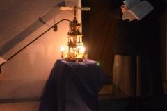 Ein wissendes Lächeln ging durch die rund 30 Anwesenden, als Schwester Paulin die Geschichte von den rotierenden Königen erzählte, die durch die aufgebaute Weihnachtspyramide veranschaulicht wurde. Dabei drehten sie sich doch um ihre Mitte,  Jesus, das Königskind.