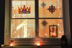 """Inspiriert vom diesjährigem Adventsthema der Pfarrei, """"Königskind"""", wurde das erste Adventsfenster am Pfarrhof gestaltet. Wie die Könige damals machen wir uns heute auf den Weg hin zum Ziel."""