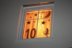 Über der Eingangstüre von Familie Deschler leuchtet das Fenster zum 10.Dezember.  Es passt zur Geschichte vom Stern der Hoffnung.
