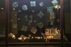 Ein Fenster am Laurentiushaus gestaltete die Jugendgruppe von Sophie und Laura. Sie ließen sich von der bekannten Geschichte der Eiskönigin inspirieren.
