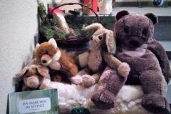 Nach und nach fanden immer mehr Tiere darin Platz und kuschelten sich warm zusammen. Am Ende drückte sich sogar noch ein brummiger Bär zu den anderen.