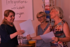 Vera Heinz überreicht das Zertifikat.