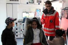Die Gelegenheit den Krankenwagen von innen zu sehen nutzten nicht nur die Kinder.