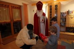 Nikolaus und Knecht Rupprecht zu  Besuch bei einer Familie.