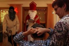 Zum Hausbesuch gehört es auch, dass der Heilige Nikolaus die Kinder lobt und tadelt, und dann anschließend Geschenke verteilt.